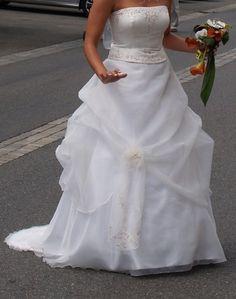 Vends très belle robe de mariée, neuve, portée une fois, taille 42.  Robe achetée neuve chez un grand spécialiste du mariage de la région toulousaine, 1030 euros.  Robe composée d'un bustier brodé et d'une jupe organsa.  Vendue avec un chapeau bien assort