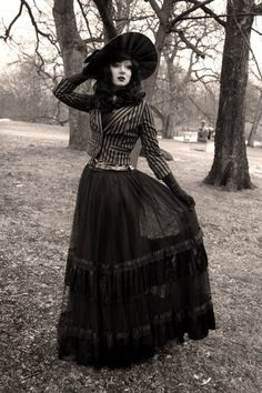 Victorian Era Women | That outfit is to die for. | Onyx Fashion