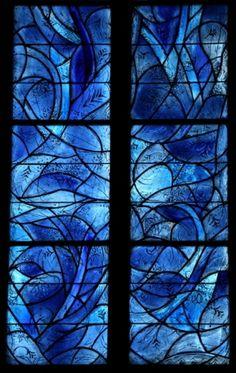 Marc Chagall vindue i farvet glas. Læg mærke til den nærmest silkeagtige struktur i glasset.
