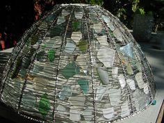 Vaula / flickr: Lampunvarjostin lasinsirpaleista   https://flic.kr/p/4vZNdf | kolmas varjostin | beach glass, wire and an old lampshade