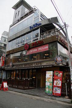"lovesouthkorea: ""Charlie Brown Theme Cafe in Hongdae, Seoul (source) "" Singapore Exchange, Charlie Brown Cafe, Seoul Cafe, Korean Cafe, South Korea Seoul, Hongdae, Modern Disney, Bts Chibi, Vacation Trips"