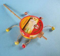Basteln mit Kindern: Basteln Sie aus einer leeren Käseschachtel, Perlen und Paketschnur eine Stabrassel für Kinder. Mit diesem selbst gemachten Musikinstrument kann ihr Kind musizieren.