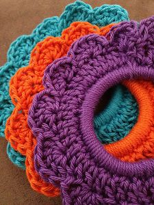 Flower Hair Tie :: Great free #crochet gift patterns that take 100 yds of yarn or less!