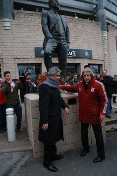 Homenagem do presidente e treinador do Sport Lisboa e Benfica a Sir Bobby Robson em St James Park