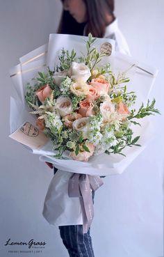 Simple Wedding Bouquets, Floral Bouquets, Wedding Flowers, Beautiful Bouquet Of Flowers, Beautiful Flowers, Flower Cart, Hand Bouquet, Luxury Flowers, Paper Flowers Diy