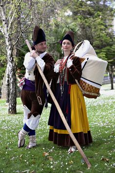 Valles Pasiegos, Cantabria - Valle del Pas | Coros y Danzas de Santander. Folk Costume, Costumes, People Of The World, World Cultures, Ethnic Fashion, Dance Dresses, Traditional Dresses, Portugal, Globe
