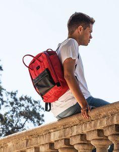 mochila-roja-bolsillo-azul-3 Sling Backpack, Back To School, Backpacks, Bags, Shopping, Red Backpack, Red, Blue Nails, School Backpacks