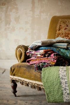 the quilts are nice, but look at that perfectly shabby chair Boho Home, Bohemian Homes, Bohemian Decor, Bohemian Style, Boho Chic, Deco Boheme, Interior Exterior, Interior Design, Vintage Quilts