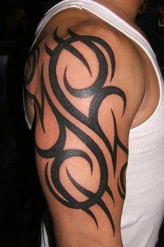 """De Tribal tattoo. Het woord """"tribal"""" betekent eigenlijk """"stam"""". Tribal is een verzamelnaam voor verschillende tribal stijlen. In vroegere tijden werd dit gezet om aan te tonen tot welke stam men behoorde, nu wordt het vaak gezet omwille van het uitzicht. Deze tatoeages zijn van oorsprong zwarte tekeningen met meestal geometrische vormen en lijnen. Er worden echter wel nog tribals met een betekenis gezet zoals een Maori, Samoa of Polynesische tattoo."""