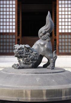 Lion statue (shi-shi) at Zenkoji Temple in Nagano, Japan Nagano Japan, Tokyo 2020, Japanese Prints, Japanese Art, Gifu, Asian History, Buddhists, Turning Japanese, Foo Dog