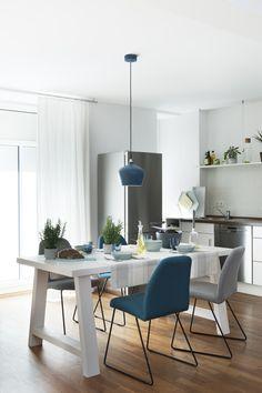 Stilgeflüster! Der Esstisch vereint wieder perfekt Skandi- und Country-Stil: Kühles Weiß trifft auf die durchschimmernde Holzoberfläche. Dazu Beton neben Keramikgeschirr.