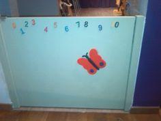Poortje om ruimte af te scheiden in de kinderopvang. Zelf geschilderd. Cijfers zijn houten blokjes, kinderen kunnen voelen.