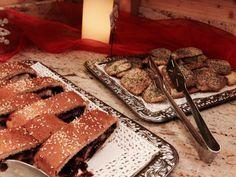 Originale merenda con strudel ciliegie e noci e biscotti ai semi di papavero