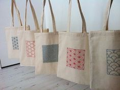 And hop, finished the Sashiko embroidered tote bags!- Et hop, terminés les tote bags brodés Sashiko! brodé And hop, finished the Sashiko embroidered tote bags! Sashiko Embroidery, Embroidery Bags, Japanese Embroidery, Embroidery Patterns, Sacs Tote Bags, Diy Tote Bag, Canvas Tote Bags, Sac Tods, Diy Sac