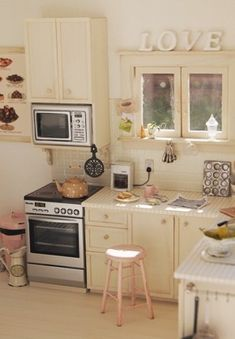 Relaxing morning in kitchen Vitrine Miniature, Miniature Rooms, Miniature Kitchen, Miniature Houses, Miniature Furniture, Dollhouse Furniture, Diy Dollhouse, Dollhouse Miniatures, Homemade Dollhouse