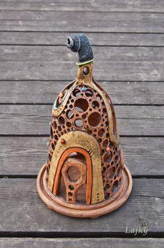 Lampa černý šnek Lampa příklopná s podnosem,vhodná na svíčku nebo malé světlo.Podnos odlehčen na nízkých nožičkách-šetrnější k nábytku.Zatíraná v částech glazovaná. Výška:30 cm
