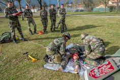 Débriefing à chaud par un infirmier © armée de Terre