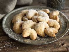 Hier ist Omas Rezept Vanilla crescents melt on the tongue. Only by a delicate shortcrust pastry and real Bourbon vanilla are the small crescents to Grandma's classics. Best Christmas Cookies, Christmas Desserts, Christmas Baking, Vanilla Biscuits, Vegan Shortbread, German Cookies, Cinnamon Recipes, Shortcrust Pastry, Gateaux Cake