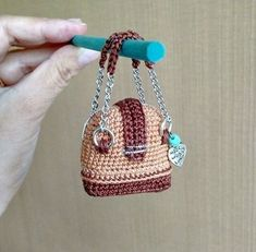Крошечные вязаные работы для вдохновения Crochet Pencil Case, Free Crochet, Knit Crochet, Cute Dolls, Locker Hooking, Mini Bolso, Doll Dress Patterns, Barbie Dress, Amigurumi Doll