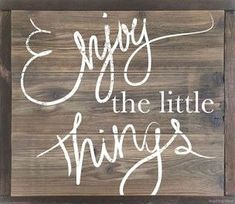 "Our ""Enjoy the Little Things"" primitive wood sign is crafted of solid cedar and framed with rustic dark walnut and sun bleached wood stains. This is a very sturdy, hand painted wooden sign that will b Pallet Crafts, Diy Pallet Projects, Wooden Crafts, Wooden Diy, Pallet Ideas, Wood Projects, Diy Crafts, Burlap Signs, Rustic Signs"