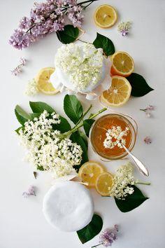 Holunderblütensektgelee Wie wär's mit einem Sektfrühstück? Statt dir ein Gläschen zu gönnen, kannst du den Schaumwein aber auch direkt mit im Aufstrich verarbeiten und ein feines Gelee zaubern. Dazu noch Holunderblütendolden und Traubensaft und schon hast du ein Gelee der besonderen Art.   © Mareike Frietsch | Petit Gâteau