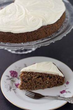 Den lækre squashkage er så god. Squashen gør at kagen bliver super svampet og flødeosteglasuren på toppen er bare sindsygt god!