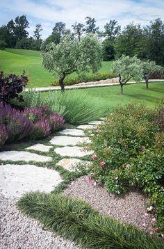 Natural chic: Giardino in stile in stile Rustico di exTerra   Consulenze ambientali e Design nel verde