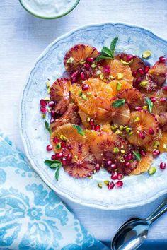 Sinaasappel salade: maak dit goddelijke dessert als het citrusfruit op zijn best is (december t/m maart), en maak gerust een combinatie van gewone sinaasappels, bloedsinaasappels en mandarijnen. De salade kun je een paar uur tevoren klaarmaken. Zet 'm dan afgedekt in de koelkast en bestrooi vlak voor het opdienen met de pistachenoten. Het is een heerlijk frisse salade als een dessert, maar ook als bijgerecht of als ontbijtgerecht in de ochtend. #salade #sinaasappel #granaatappel #ontbijt…