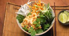 Dégustez les fraîcheurs de l'été dans ce bol de poké en y ajoutant des crevettes marinées, des légumes frais en julienne comme des carottes, des concombres et n'oubliez pas les tranches de radis! Poke Bol, Sushi, Cobb Salad, Potato Salad, Cabbage, Yummy Food, Vegetables, Ethnic Recipes, Bowls