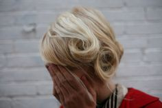 Such a pretty hairstyle. Elegant and playful   (I secretly want to cut my hair super short and dye it super blonde)