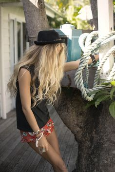 ☼ ☯ ✿ ✿ ☯ ☼ - summer spring warm hot weather festival party outside music boho style fashion long blonde wavy hair hat Grunge Style, Soft Grunge, Gypsy Style, Hippie Style, Bohemian Style, My Style, Tokyo Street Fashion, Blonde Wavy Hair, Brown To Blonde