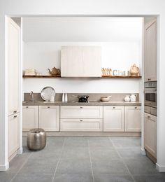 Een landelijke tijdloze keuken voor modern kookgemak. Een opvallend robuust werkblad, schittert in deze keuken. Het werkblad loopt zelfs door als achterwand. Bourgondisch genieten kan niet misgaan in deze keuken.