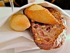 Как выглядит обед в лучшем ресторане мира Появление на столе хрустящего хлеба говорит о скорой подаче основных блюд.