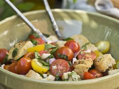 Brotsalat mit Zwiebeln, Tomaten und Basilikum (Panzanella) ist ein Rezept mit frischen Zutaten aus der Kategorie Salat. Probieren Sie dieses und weitere Rezepte von EAT SMARTER!