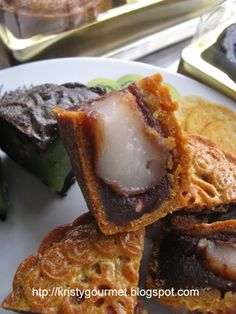 My Little Space: Traditional Baked Mooncake With Mochi Filling @ 传统广式月饼 Asian Desserts, Desserts To Make, Food To Make, Dessert Recipes, Asian Recipes, Chinese Moon Cake, Mooncake Recipe, Sticky Rice Recipes, Taiwan Food