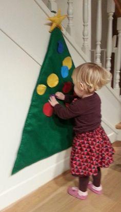 Kerstboom in vilt gemaakt, kerstballen ook in vilt met klittenband op de achterzijde gestikt, zo kan het kind de ballen zelf hangen waar hij/zij wil...Een echt succes!!!