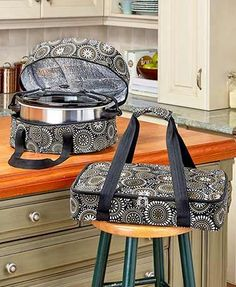You get a slow cooker carrier and a casserole carrier, each with 2 handles and an all-around zipper. 2 Carriers: Slow Cooker and a Casserole Carrier. - Slow cooker carrier, x x Sewing Hacks, Sewing Crafts, Sewing Projects, Slow Cooker Casserole, Casserole Dishes, Casserole Carrier, Portable Food, Halloween And More, Ltd Commodities