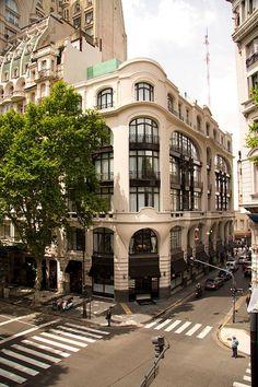 en este cuadro se encuentra Arquitectura Argentina ,Federico Vicente Arquitecto. este edificio tiene la forma de un triángulo