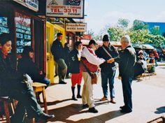 En Ciudad del Este, regatendo con los cambistas el valor de dolar-gauraní. Soy incapaz de recordar ese valor ya que es bastante volátil. Ampliar datos en google: Indice del blog El Mundo de Pepe Hermano