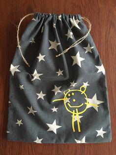 DIY til at sy stofpose. Brug stofposer i pusletasken, som frugtpose, på børneværelset, til garn og andre småting. Køb stofposer i shoppen.