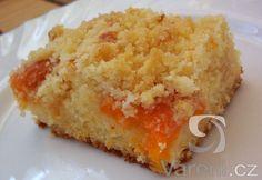 Nadýchaný koláč plný meruňek a sypaný drobenkou. Uvidíte, jak rychle zmizí ze stolu, ne-li již z plechu. Cornbread, Macaroni And Cheese, Ale, Cheesecake, Yummy Food, Baking, Ethnic Recipes, Hampers, Millet Bread