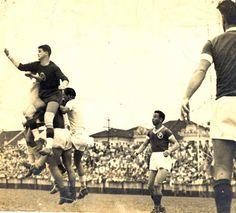 Vila Belmiro, Santos (08/10/1944) - A impulsão de Oberdan Cattani, que salta no segundo andar para socar a bola.