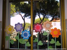46 Creative Spring Window Decoration Ideas - Have Fun Decor Classroom Window Decorations, School Decorations, Paper Decorations, Summer Crafts, Diy And Crafts, Crafts For Kids, Paper Crafts, Ventana Windows, Flower Window