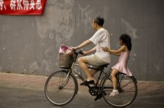 https://flic.kr/p/aoctx6 | Everyday life | Kuan Zhai Xiang Zi 宽窄巷子, Chengdu 成都,  Szechuan 四川, China 中国  A scene quite foriegn to me, but what i'm sure is very normal in China.  Sony Alpha a580 Tamron AF 28-75mm f/2.8 XR Di LD
