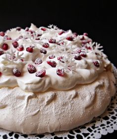 Citromhab: Ünnepi Pavlova ------ új-zélandi konyha ------ karácsonyi menü, karácsonyi ételek Fruit Recipes, Sweet Recipes, Cake Recipes, Dessert Recipes, Mini Pavlova, Meringue Pavlova, Hungarian Cake, Hungarian Recipes, Torte Cake