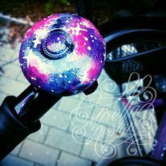 DIY Galaxy Fahrradklingel #bike #fahrrad #bikebell #bell #bicycle #fahrradklingel #handmade #diy #nailpolish #polish #galaxy #print #galaxyprint #nebular #stars #sterne #klingel #basteln #selbermachen #outdoor
