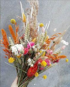 Boeket Jennifer is een heerlijk bont droogboeket vol kleuren en veel verschillende soorten droogbloemen. Daar wordt je toch vrolijk van!