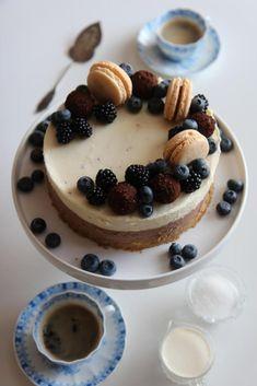 Marenkikakku mansikoilla – Tyrniä ja tyrskyjä | Meillä kotona Cheesecake, Deserts, Food And Drink, Baking, Sweet, Party, Cheese Cakes, Desserts, Bakken