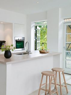 Among the hottest trends in home style today is rock kitchen counter tops. These sturdy, heat-resistant, elegant counters are a lovely and also sensible enhancement to any type of house. Kitchen Dinning, New Kitchen, Kitchen Decor, Crisp Kitchen, Danish Kitchen, Kitchen Ideas, Kitchen Island, Dining Room, Casa Clean