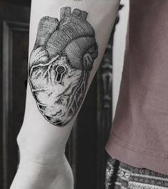 Tattoo Dot work sur l'avant-bras: un coeur anatomique avec une serrure